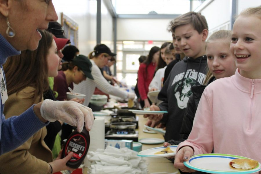 French+students+share+crepes+with+middle+school+students+to+encourage+taking+the+class