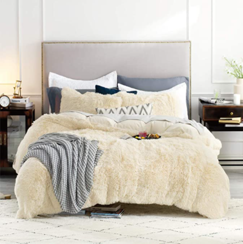 The picture on the Amazon website that shows how the comforter could be styled.